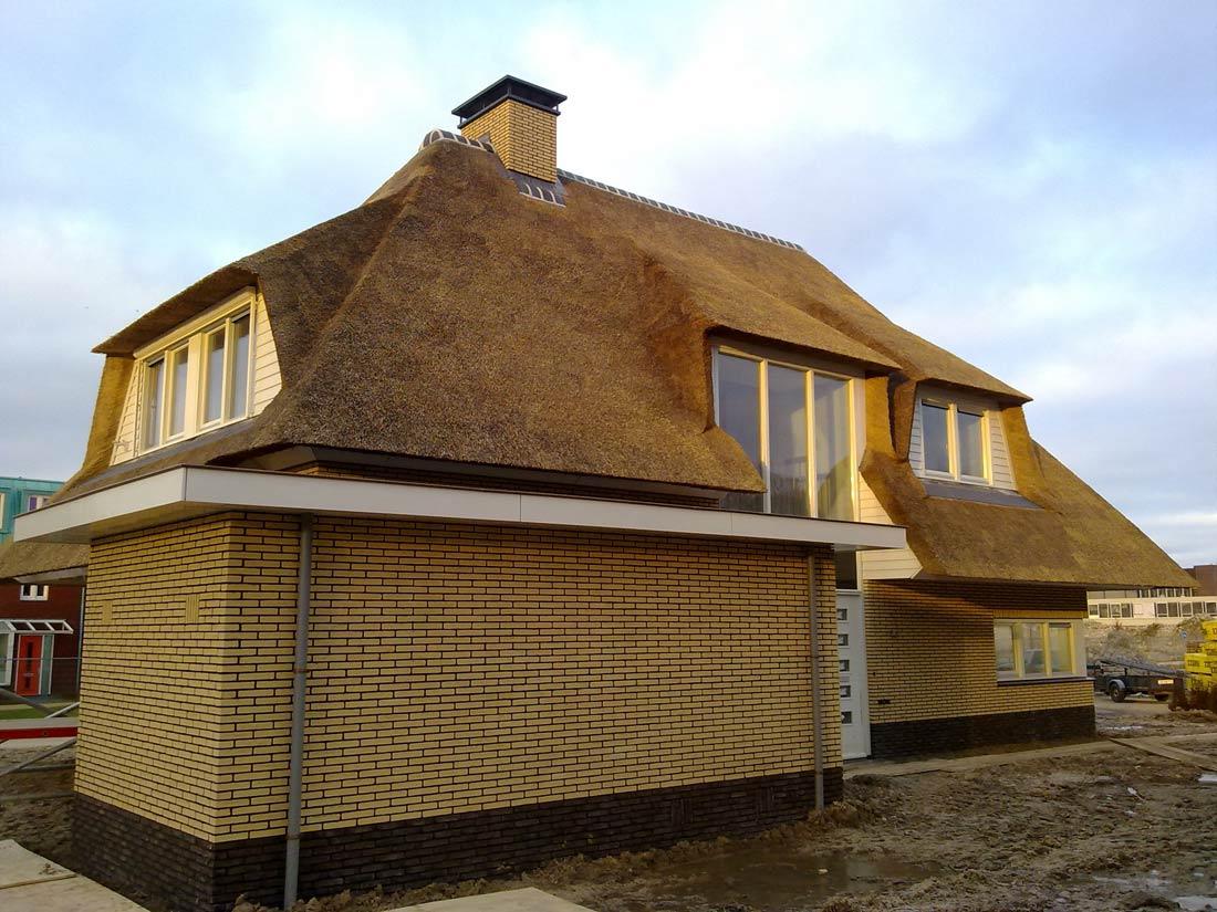 Groningen - Nieuw gedekt rieten dak met 4...