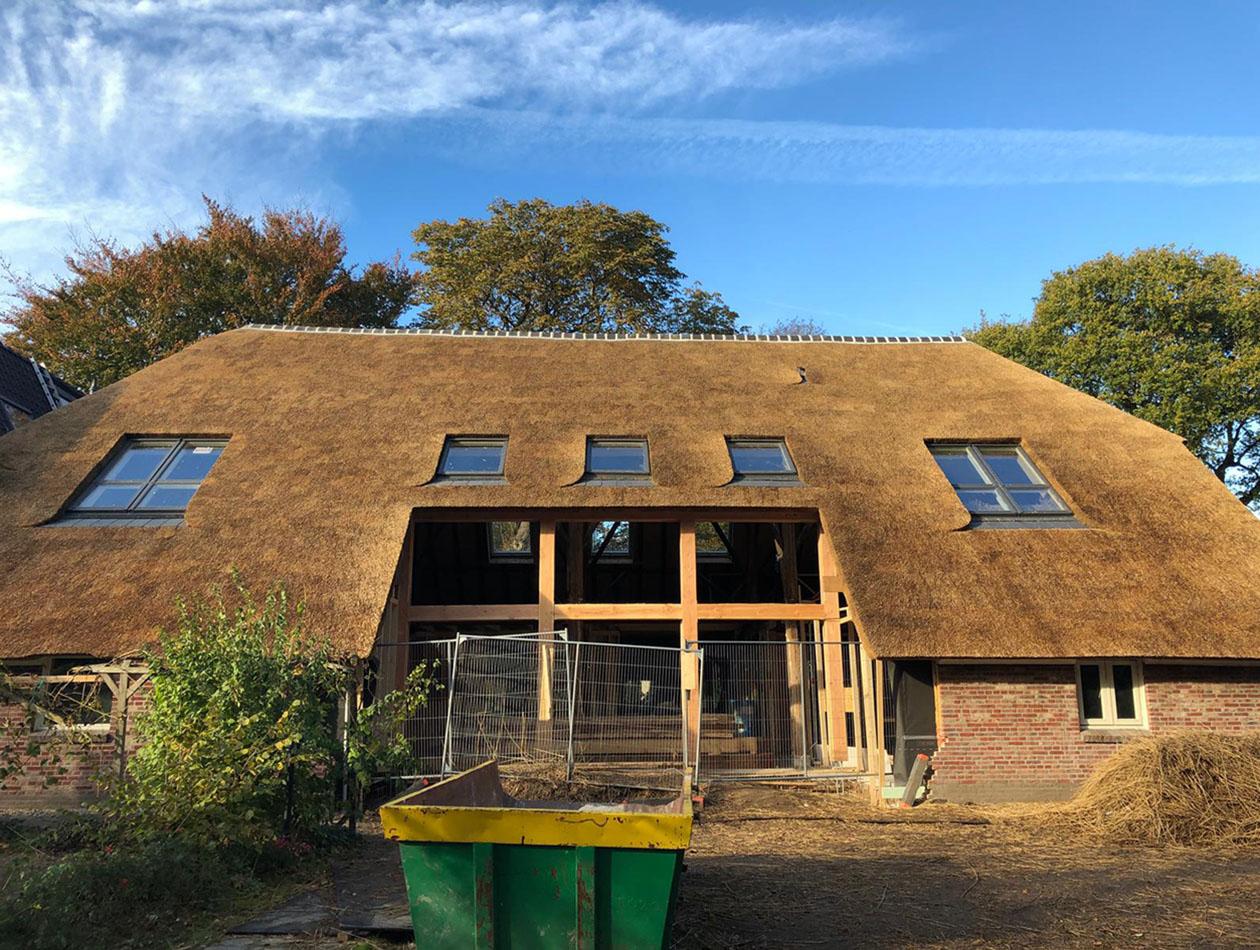 Haren  - Vervangen rieten dak en plaatsen...