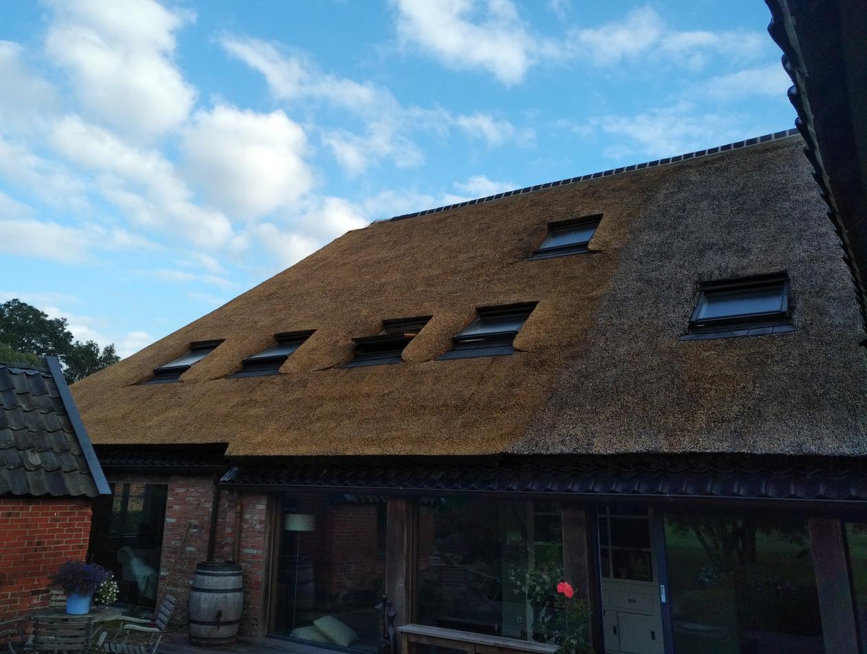 Lieveren - Vervangen sporen, vernieuwen rieten dak en plaatsen prefab schoorsteen